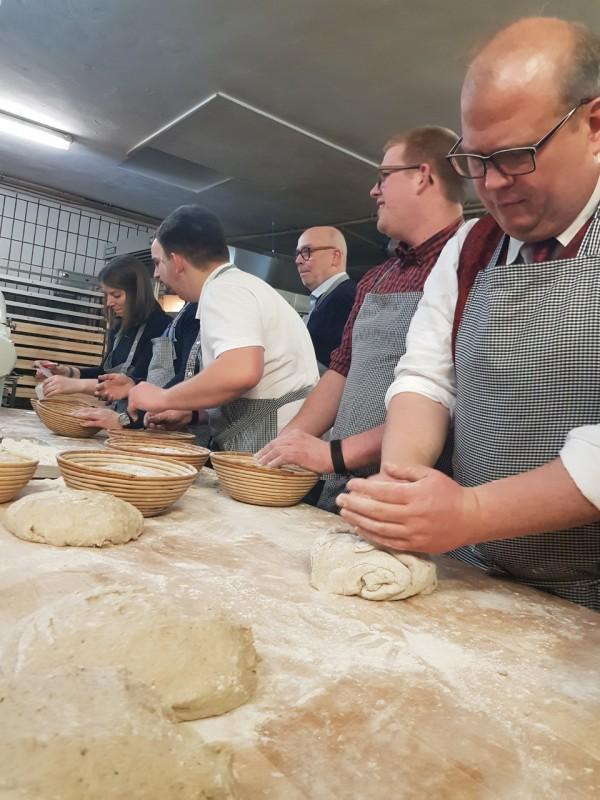 Die Gäste beim Brotkneten. Foto: JU Alsfeld