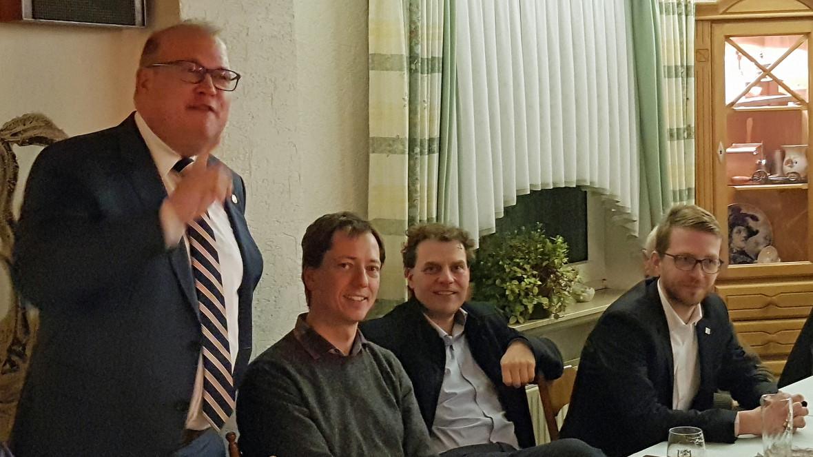 Bürgermeister Stephan Paule (CDU) redet zu den Gästen des 37. Heringsessen der CDU-Alsfeld. Gut gelaunt hören der Vorsitzende Alexander Heinz, der Vorsitzende der Grebenauer CDU Jens Heddrich und der Landtagsabgeordnete Michael Ruhl zu. (sitzend von links