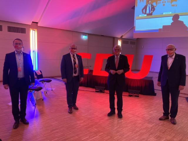 Starke Stimmen für den ländlichen Raum: Ministerpräsident Volker Bouffier (mitte rechts), CDU-Kreisvorsitzender Dr. Jens Mischak (links) und Vorgänger Kurt Wiegel (rechts) gratulieren dem frisch gewählten Landesvorstandsmitglied Stephan Paule (mitte links