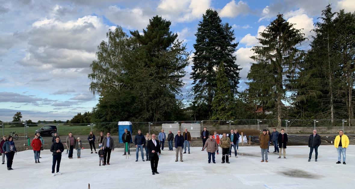 Gruppenbild mit Abstand: CDU-Vertreter und interessierte Bürger mit Architekt Dr. Stefan Strack und Bürgermeister Stephan Paule. Foto: Julia Jungk.